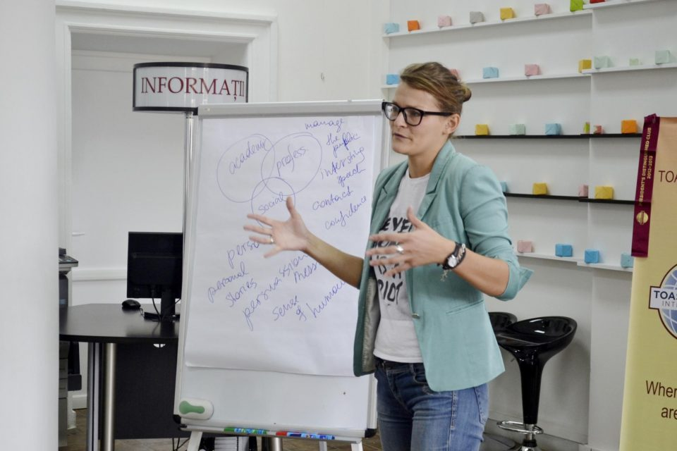 woman presentiin with flip chart